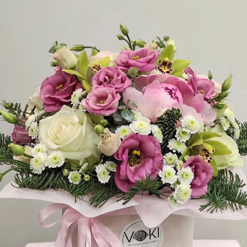 9d5d94ed 6f16 4c0e a54e 54bef285cd7b - Композиція квітів у коробці № 008