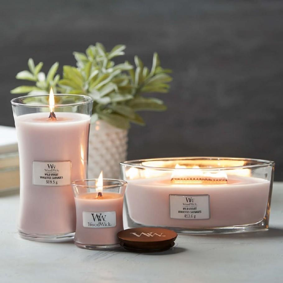aromaticheskaya svecha wild violet mini jar woodwick 2 910x910 1 - Ароматична свічка Mini Velvet Tobacco 85 г