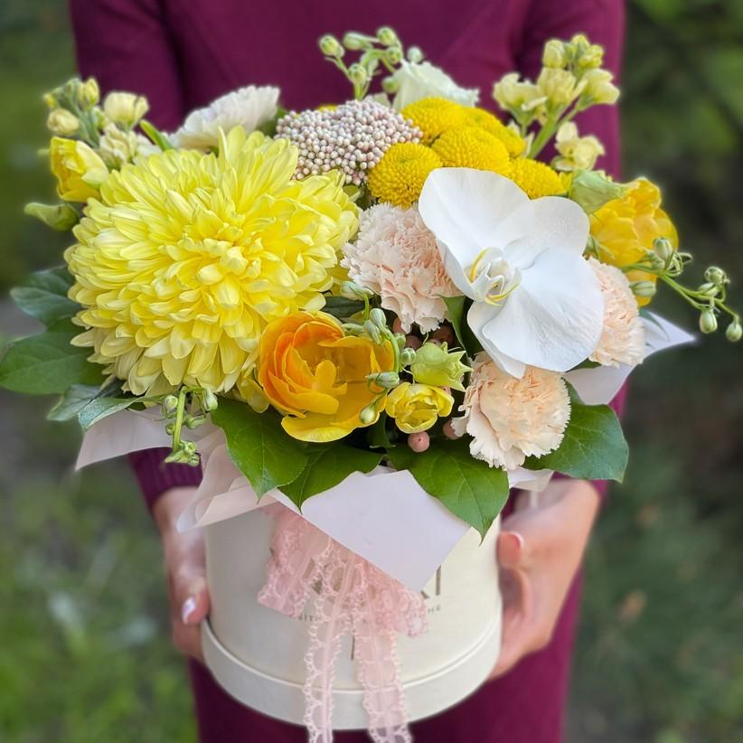 img 2881 - Композиция цветов в коробке № 1048 в желтых цветах с орхидеей и хризантемой