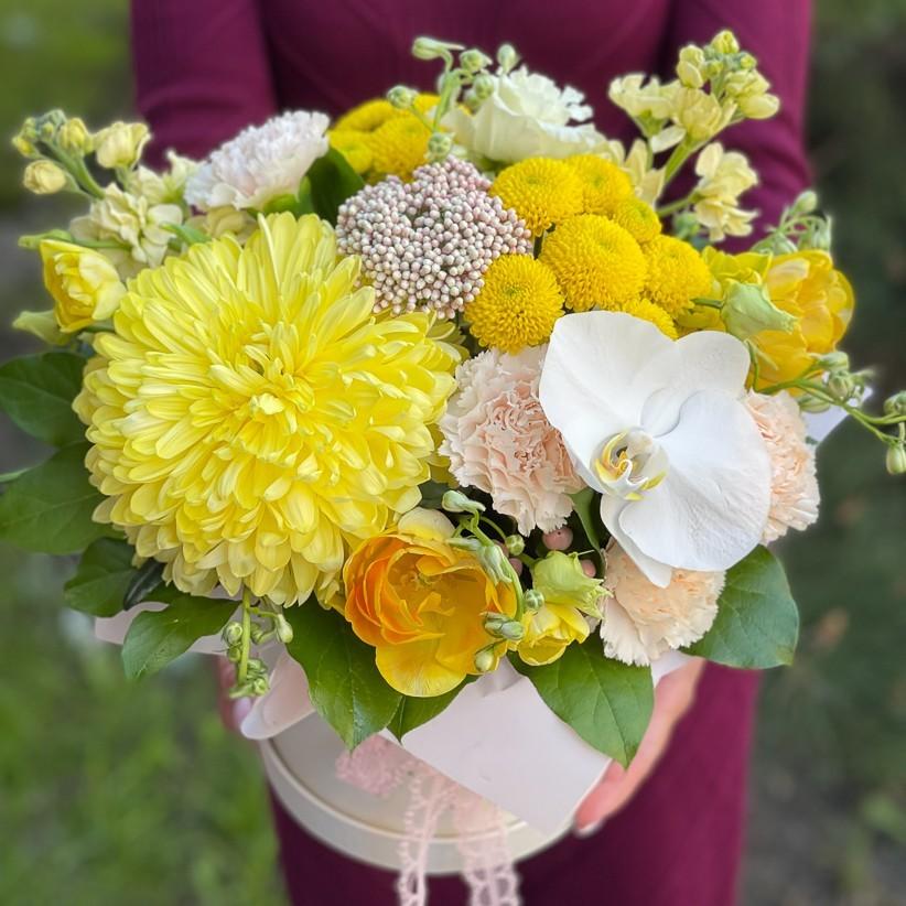 img 2884 1 - Композиция цветов в коробке № 1048 в желтых цветах с орхидеей и хризантемой