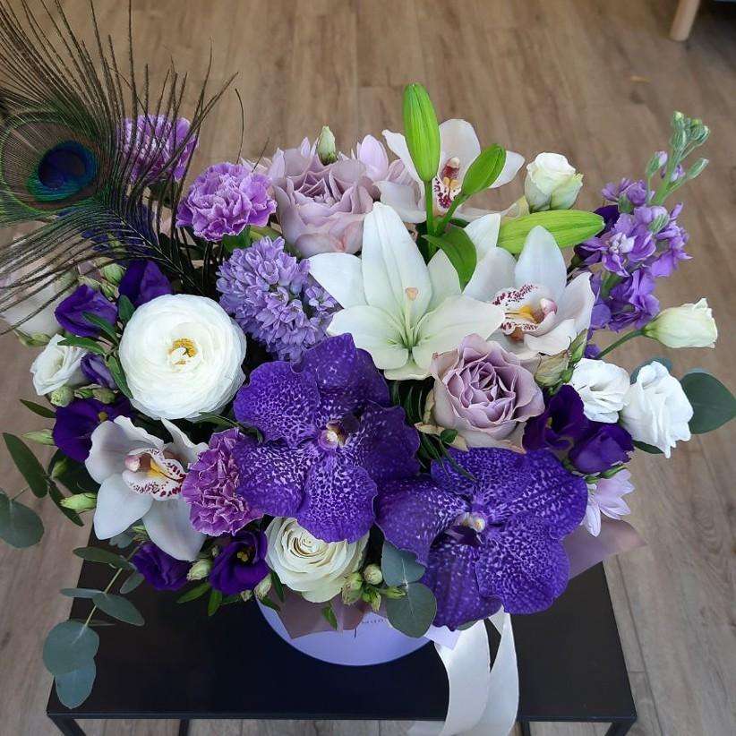 photo5285399824499323753 - Композиция цветов в коробке № 1052