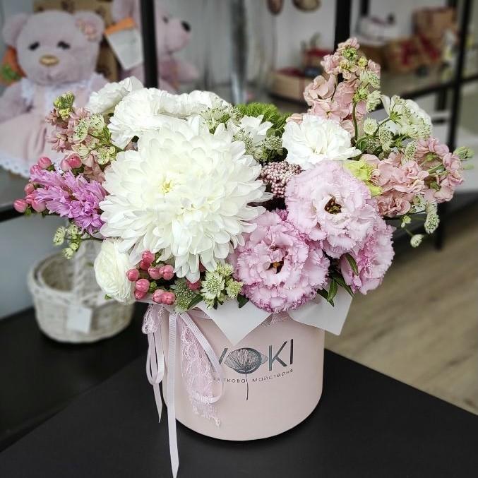868a80f8 7723 4e72 9565 f4f2b8df1f54 - Композиція квітів у коробці № 1054
