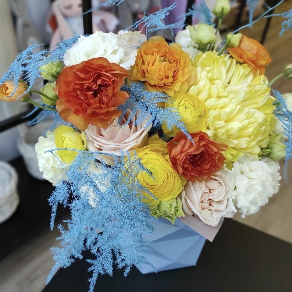 img 2278 - Композиція квітів у коробці № 1055