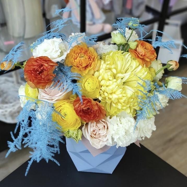 img 2280 - Композиція квітів у коробці № 1055
