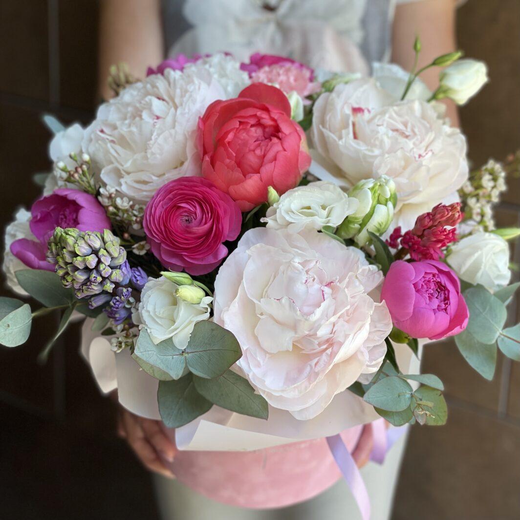 Композиція квітів у коробці № 1059