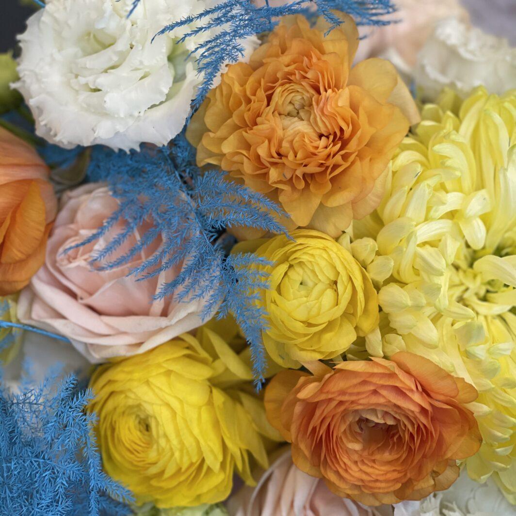 Композиція квітів у коробці № 1055