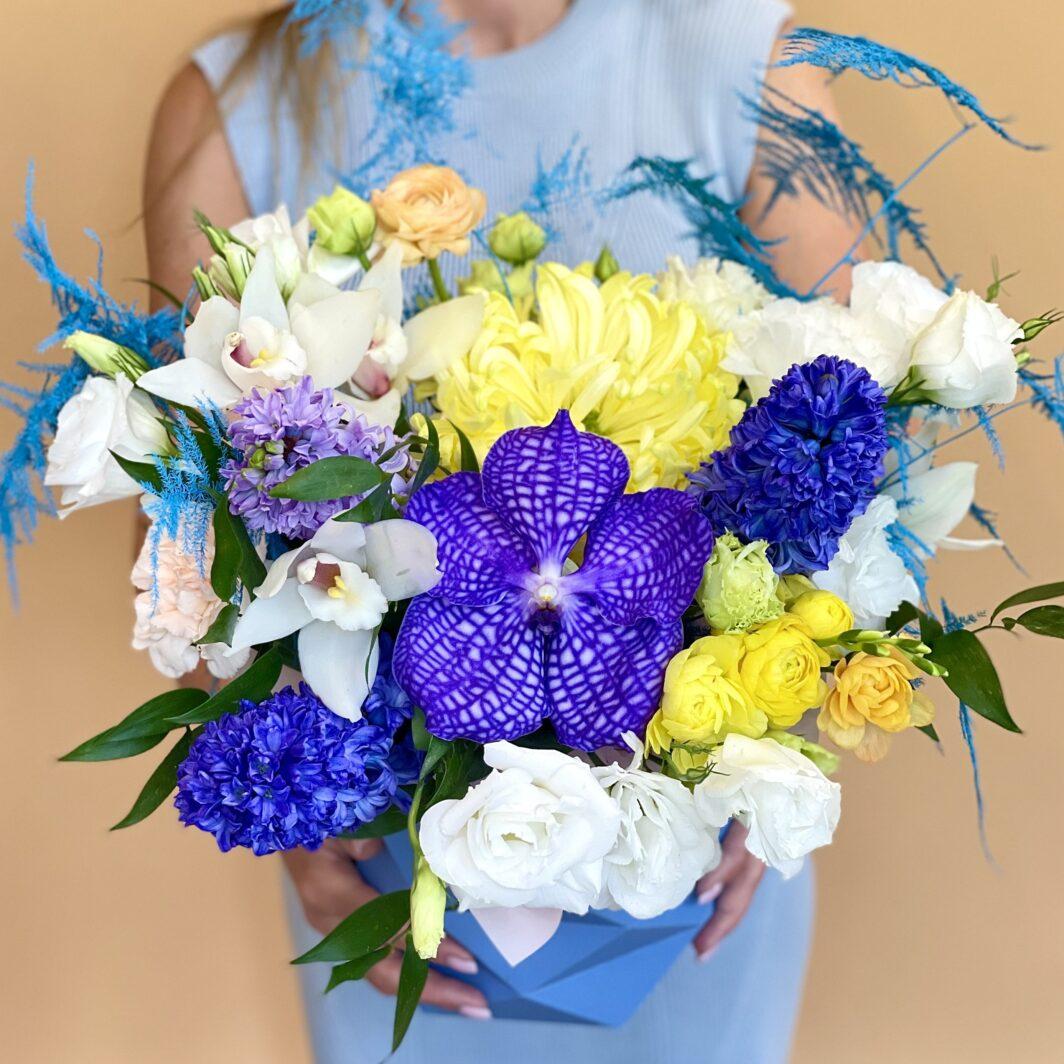 Композиція квітів у коробці № 1058