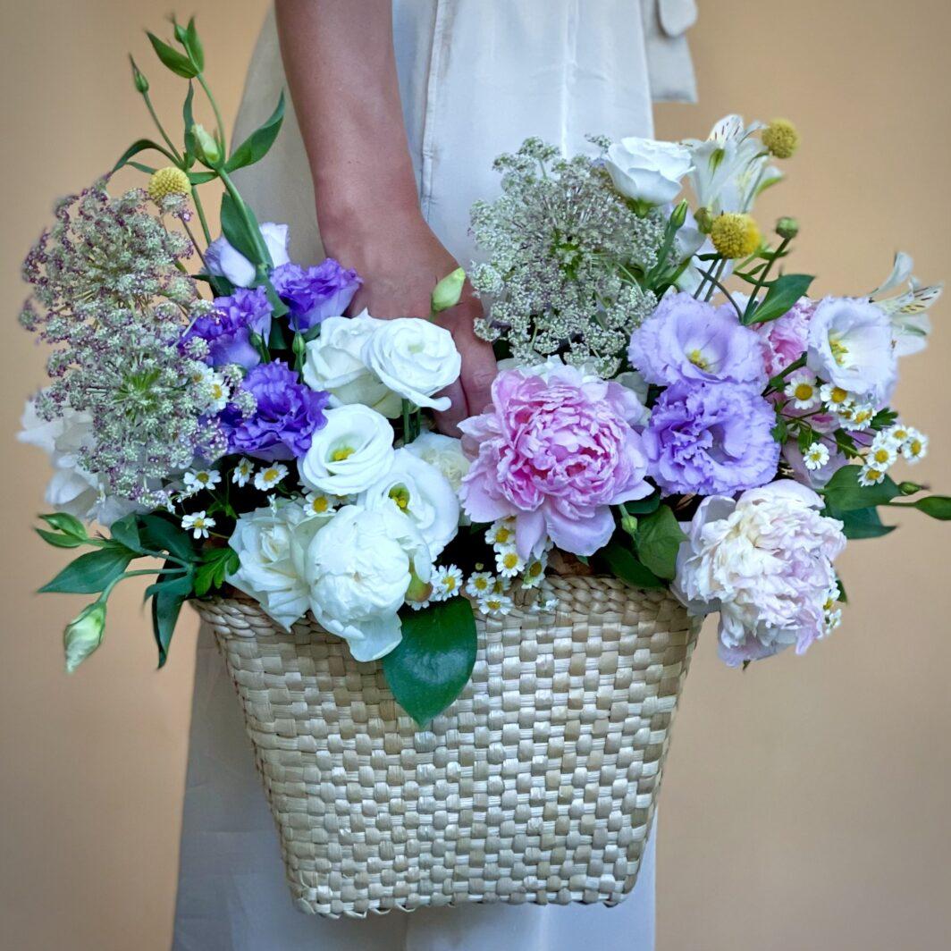Композиція квітів у солом'яній плетеній сумці № 1061