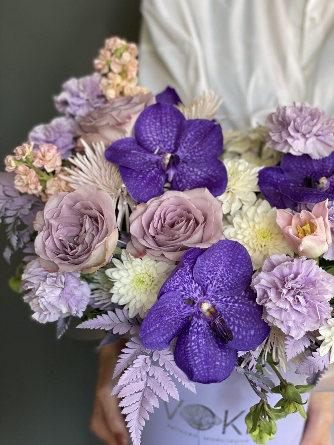 Композиция цветов в коробке № 1063