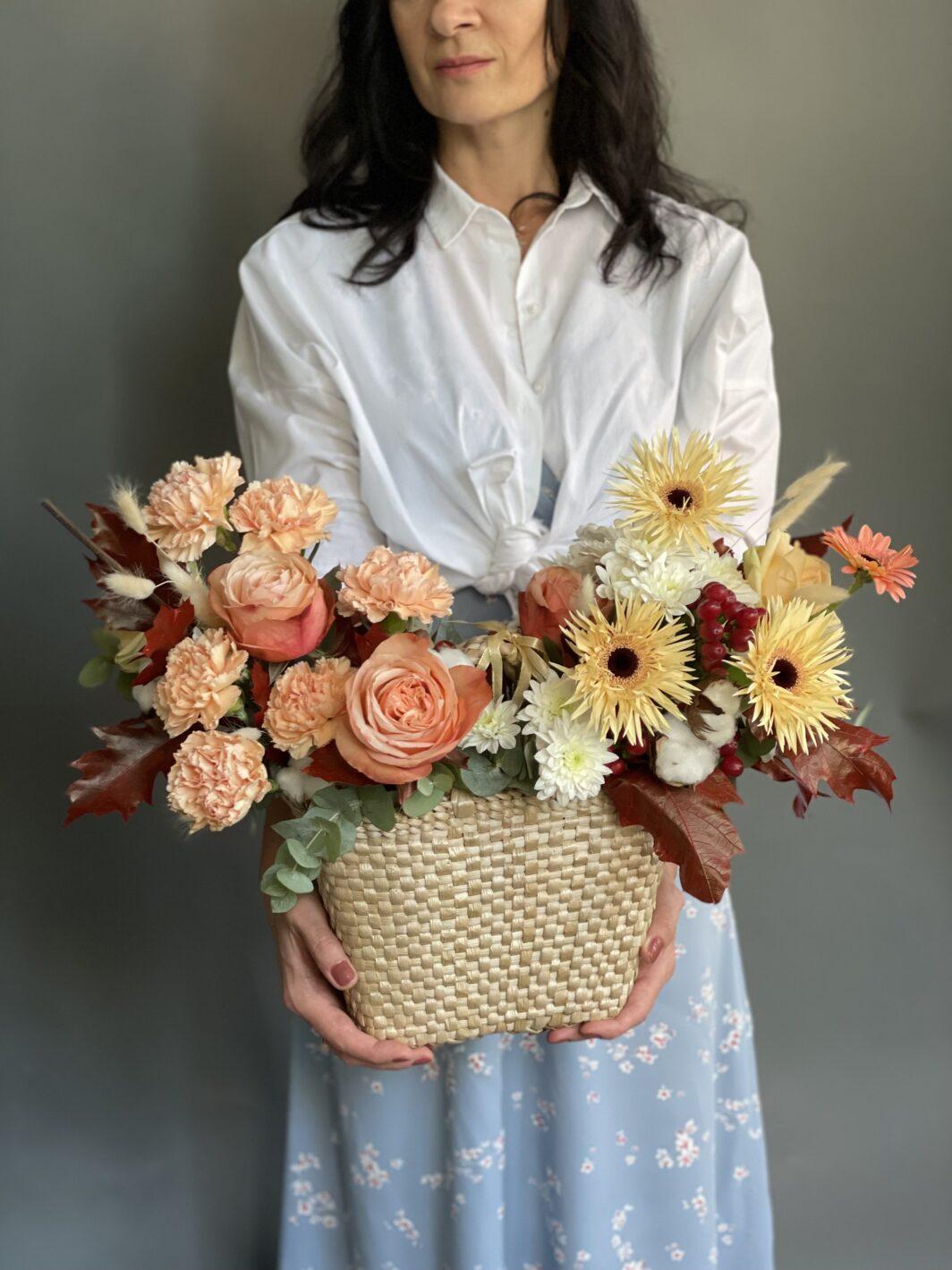 Композиція квітів у солом'яному кашпо № 1062